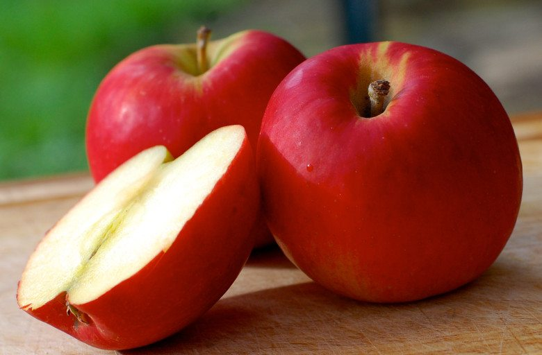 Apples in fruit and veg to buy organic